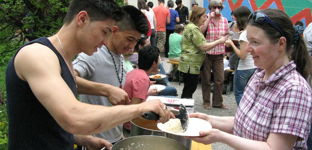 Mittagsrast im Don Bosco Flüchtlingswerk - Romaria (Wallfahrt in Solidarität mit Flüchtlingen) 2013_c_Helm