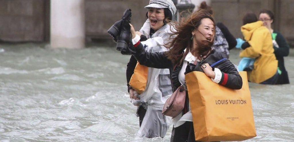 Konsumwahn trotz Hochwasser in Venedig © Claudia Manzo
